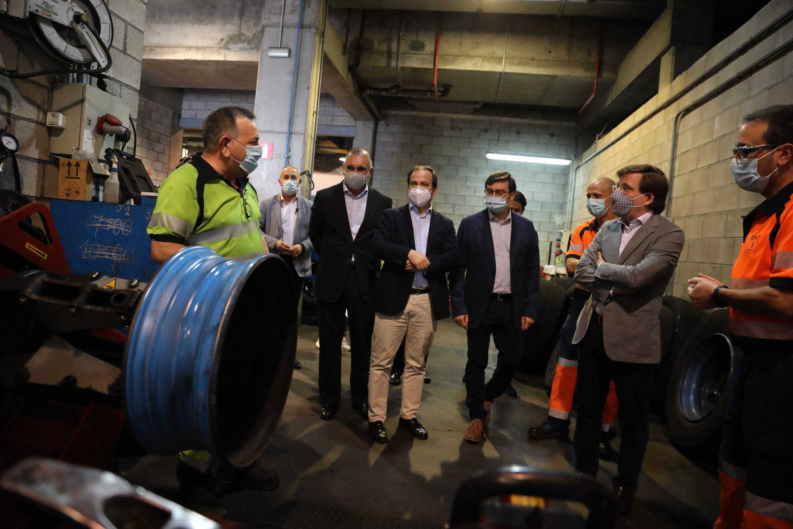 El alcalde conoce los 50 nuevos modelos de autobuses eléctricos