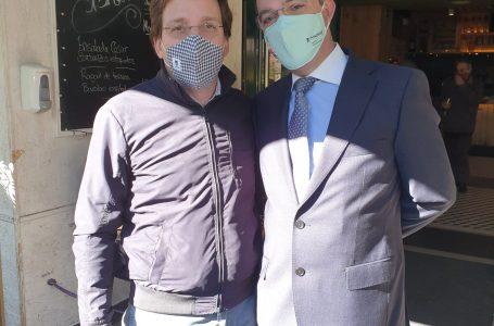 El alcalde de Madrid visita los comercios de Aravaca y se marcha en moto acompañado de la concejala Loreto Sordo