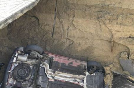 La calzada cede y se traga un coche a mediodía en Majadahonda, cerca de El Plantío